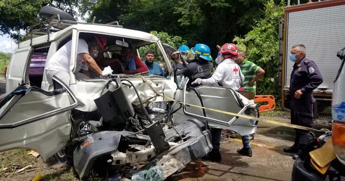 Una persona atrapada tras fuerte choque en carretera Panorámica