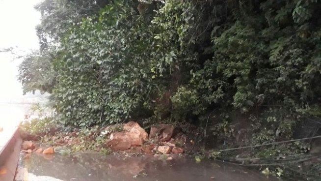 Esta mañana se mantuvo cerrado el paso en autopista Los Chorros por derrumbe