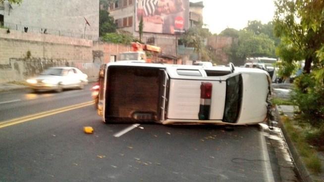 Patrulla del CAM sufre accidente sobre Bulevar Venezuela dejando a un agente lesionado