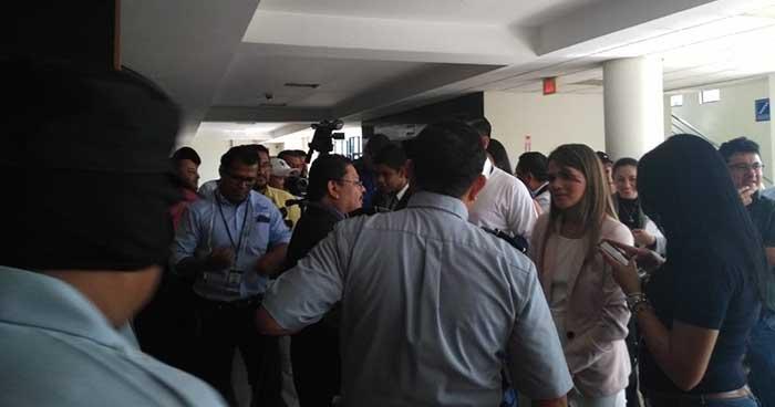 Prohíben el ingreso de grabadoras y celulares a periodistas que cubren el juicio del expresidente Saca