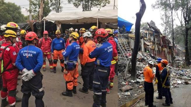Rescatista salvadoreños ingresaran a un edificio colapsado para buscar víctimas