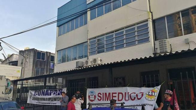 Sindicato protesta por despido de profesor de escuela penitenciaria de San Vicente