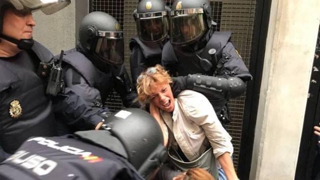 Referéndum de Cataluña termina en enfrentamientos y deja más de 300 heridos
