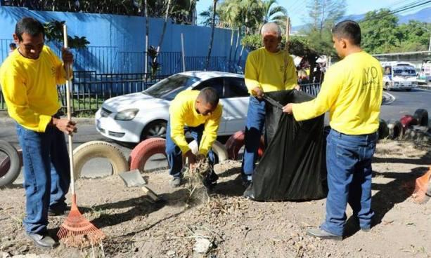 """Privados de Libertad del programa """"Yo Cambio"""" realizan labores de ornato y limpieza del Bulevar del Ejército en Soyapango"""