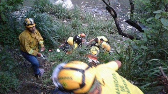 Rescatan con vida a hombre que fue lanzado a un barranco en San Salvador
