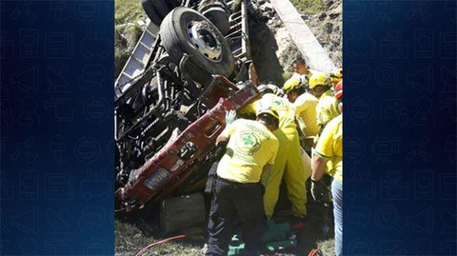 Tres personas quedaron atrapadas dentro del camión en el que se accidentaron en Panchimalco