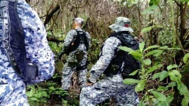 Pandilleros huyen de la PNC y abandonan un fusil dentro de una casa 'destroyer'