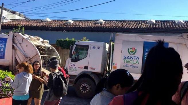 Sindicalistas protestan con camiones recolectores de basura en Santa Tecla