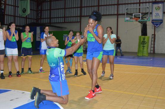 Entrenador le propone matrimonio a una jugadora de su equipo basketball en El Salvador