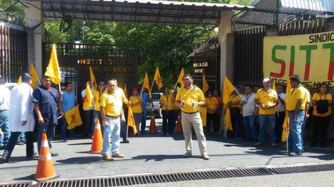 Empleados de la CSJ protestan para exigir la destitución del director de Medicina Legal