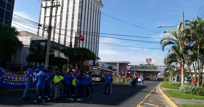 Sindicatos y otras organizaciones realizan marcha en conmemoración al día del sindicalista salvadoreño