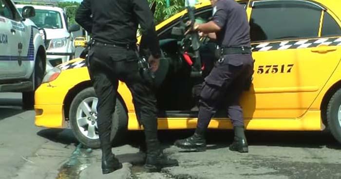 Detienen en San Miguel a sujetos que trasladaban armas de fuego en un taxi