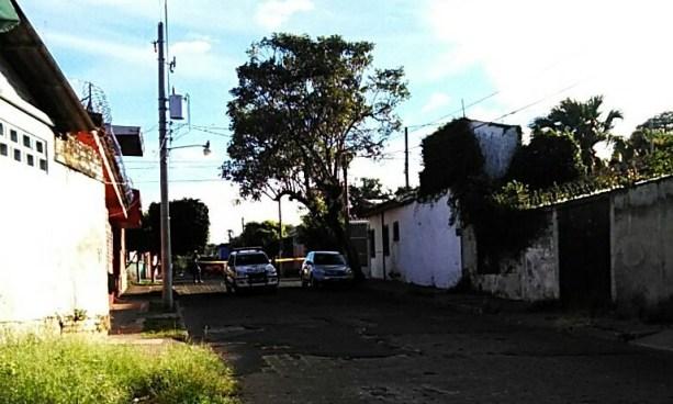 Dos pandilleros son acribillados a balazos desde un vehículo en colonia Santa Lucia de Santa Ana