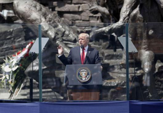 Imponente discurso de Trump atrás de un cristal antibalas en Polonia
