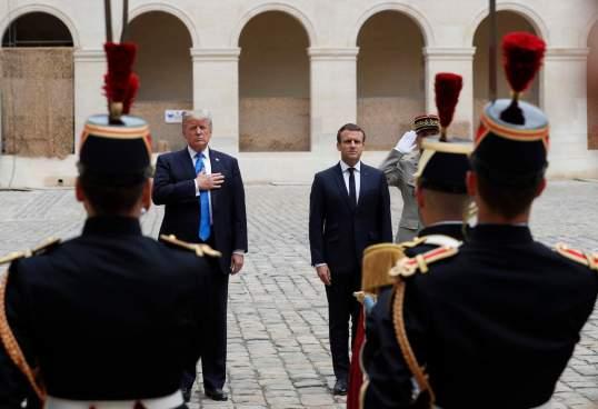 Macron recibe con honores militares a Trump en París