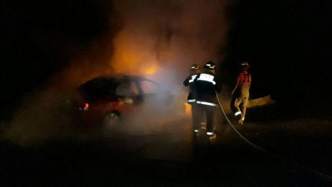 Vehículo prende en llamas tras colisionar sobre carretera de Oro en San Martín
