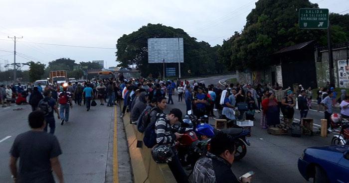 Vendedores del mercado de Santa Tecla cierran accesos hacia el municipio por desalojos