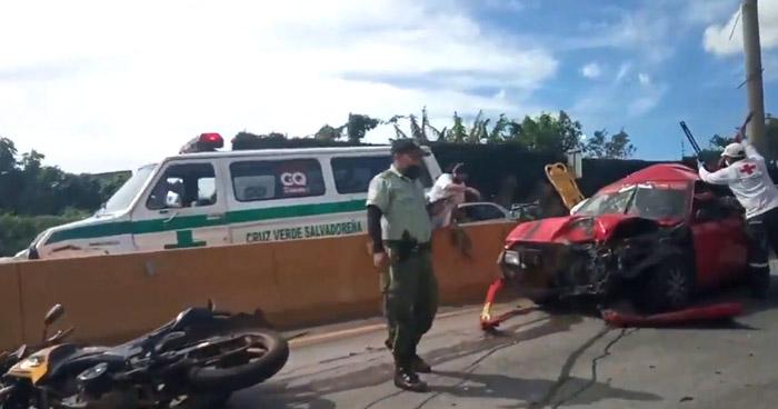 Atrapados y lesionados tras accidente de tránsito en Bulevar Monseñor Romero