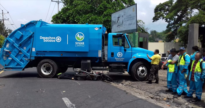 Motociclista muere, tras ser embestido por un camión recolector de basura de la Alcaldía de San Salvador