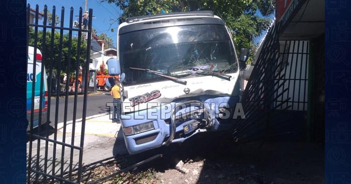 Motorista de Ruta 16 choca y deja a 7 pasajeros lesionados