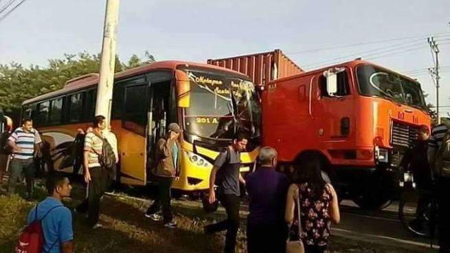 Daños materiales dejo accidente de tránsito en carretera Panamericana