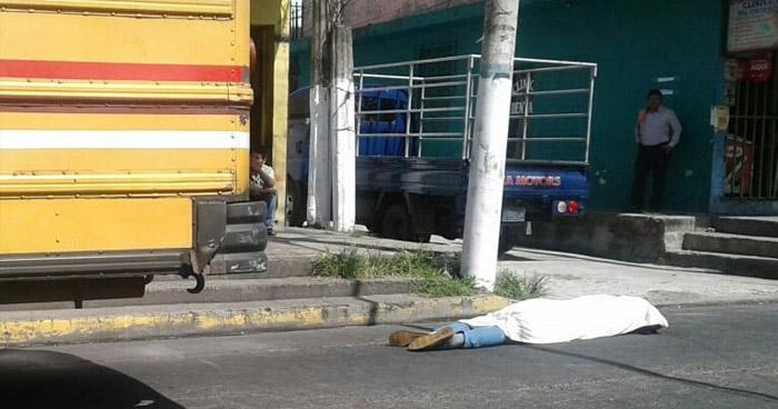 Hombre cae de un autobús y las llantas traseras pasan sobre él, en el centro de Soyapango
