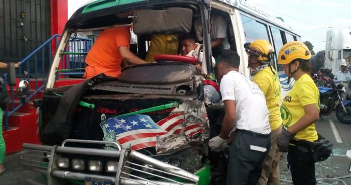 Conductor de la ruta 38-E queda atrapado en el microbús tras chocar con un camión en carretera Troncal del Norte