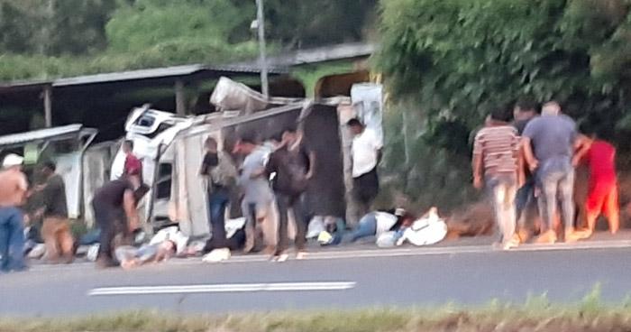 Una mujer fallecida y 7 lesionados dejó grave accidente en carretera de Sonsonate