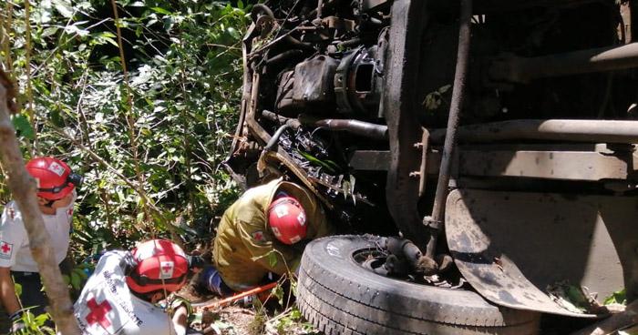 Investigan accidente de autobús que se registró en Chiltiupán, La Libertad