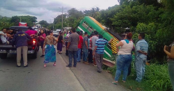 Autobus de la ruta 182 se precipita a un barranco en carretera de Zacatecoluca