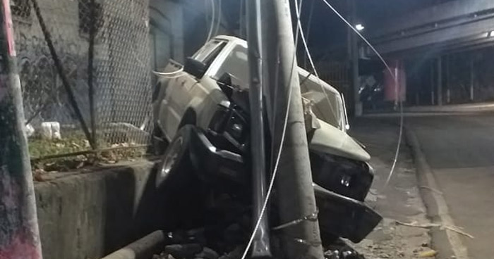 Conductor impacta contra un poste en el final del Bulevar Venezuela