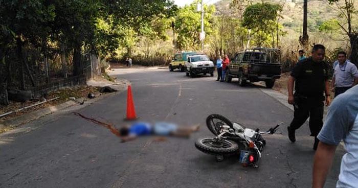 Muere motociclista al accidentarse por no portar casco