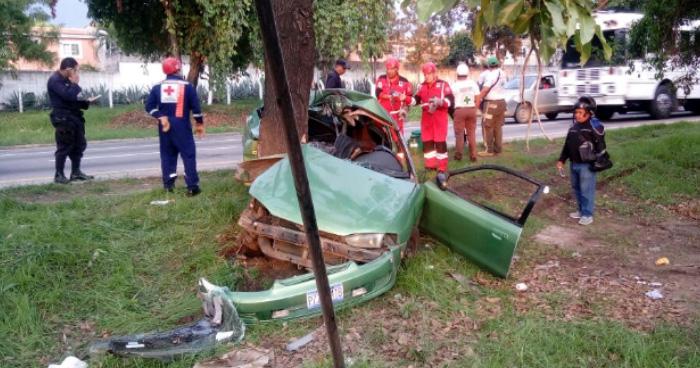 Grave choque frontal contra un árbol en la carretera hacia Santa Ana, deja a una persona lesionada