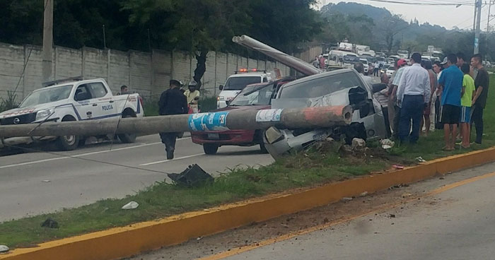 Carro choca y derriba un poste bloqueando el paso en carretera al Puerto de La Libertad