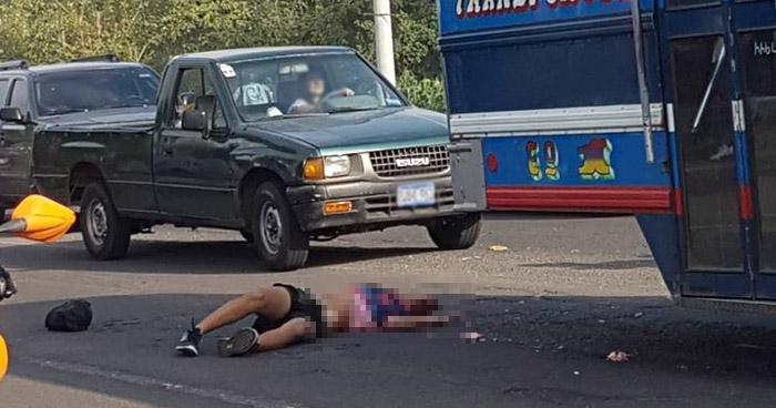 Joven se lanza de un autobús en movimiento, cae y muere atropellado en carretera de Santa Ana