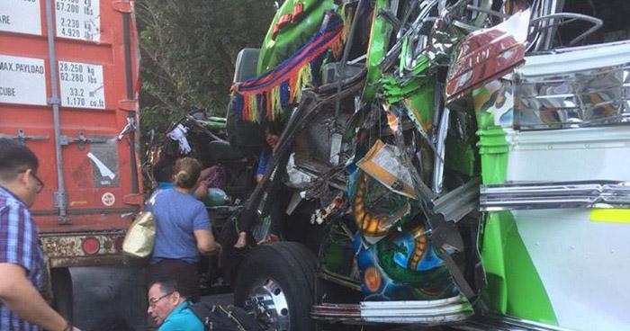 Al menos 15 lesionados dejó choque de autobús contra un furgón en Sonsonate