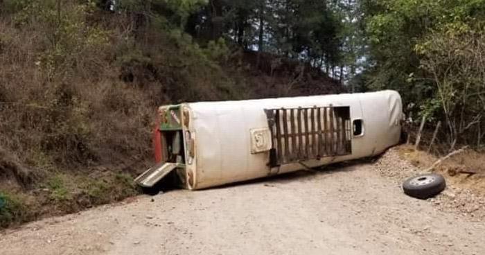 Varios lesionados tras vuelco de autobús en carretera de Chalatenango
