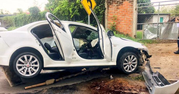 Conductor muere al chocar frente a una vivienda en Chalatenango