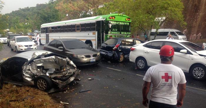 Un fallecido y 4 lesionados dejó choque entre 5 vehículos sobre carretera Panamericana