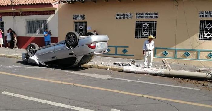 Conductor vuelca su vehículo tras chocar contra un poste en colonia de San Miguel