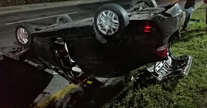Un vehículo volcó y otro impactó contra un poste en carretera Comalapa