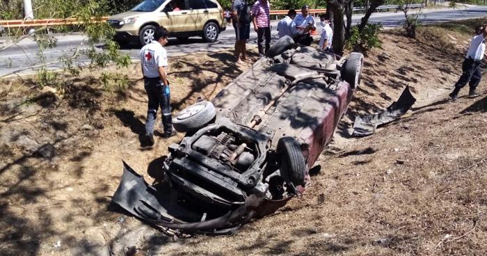 Tres lesionados tras vuelco de vehículo en carretera a Comalapa