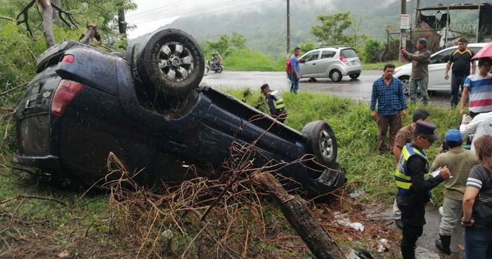 Varios lesionados tras vuelco de vehículo sobre carretera a Comalapa