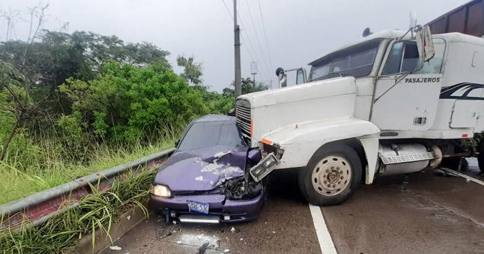 Tres lesionados tras choque entre rastra y vehículos en carretera de Oro