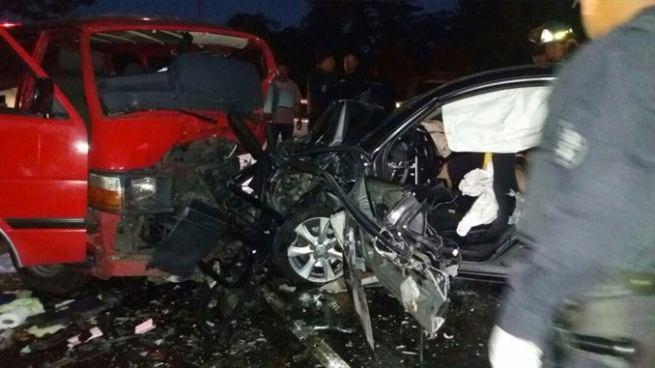 Dos muertos y varios lesionados tras accidente entre un microbús y un automóvil en carretera Panamerica