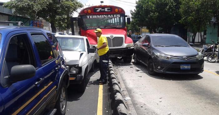 Quintuple accidente provocado por el conductor de un autobús R-7C deja varios lesionados