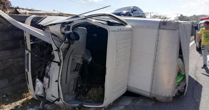 Dos lesionados al volcar camión en carretera de San Martín