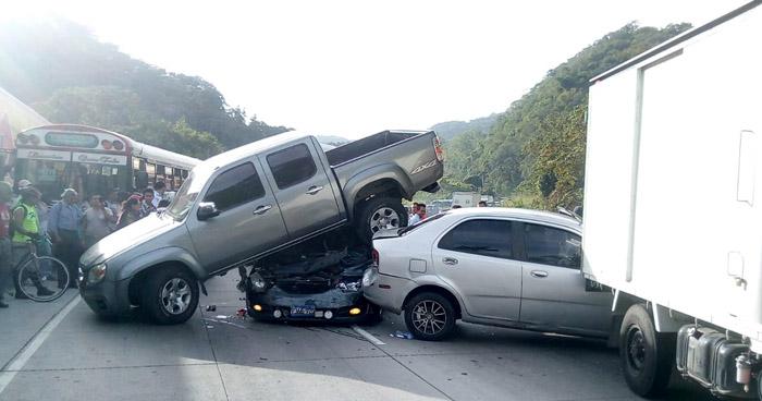 Al menos 8 vehículos involucrados en grave accidente de tránsito en carretera Los Chorros