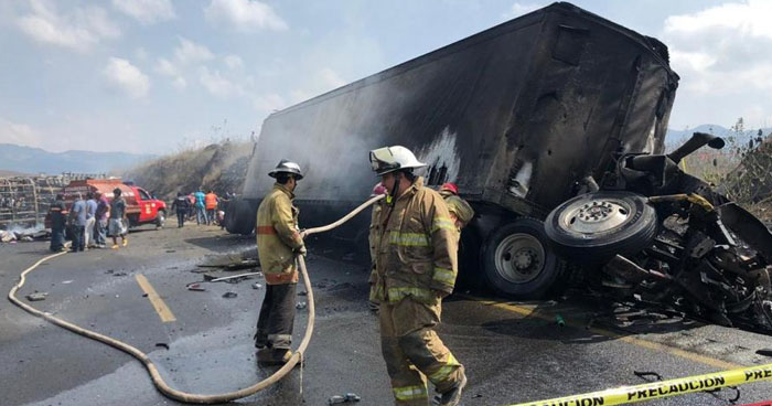Al menos 21 muertos deja grave choque entre autobús y camión en México