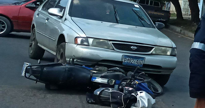Un motociclista fallecido y otro lesionado tras accidentes de tránsito en Santa Ana